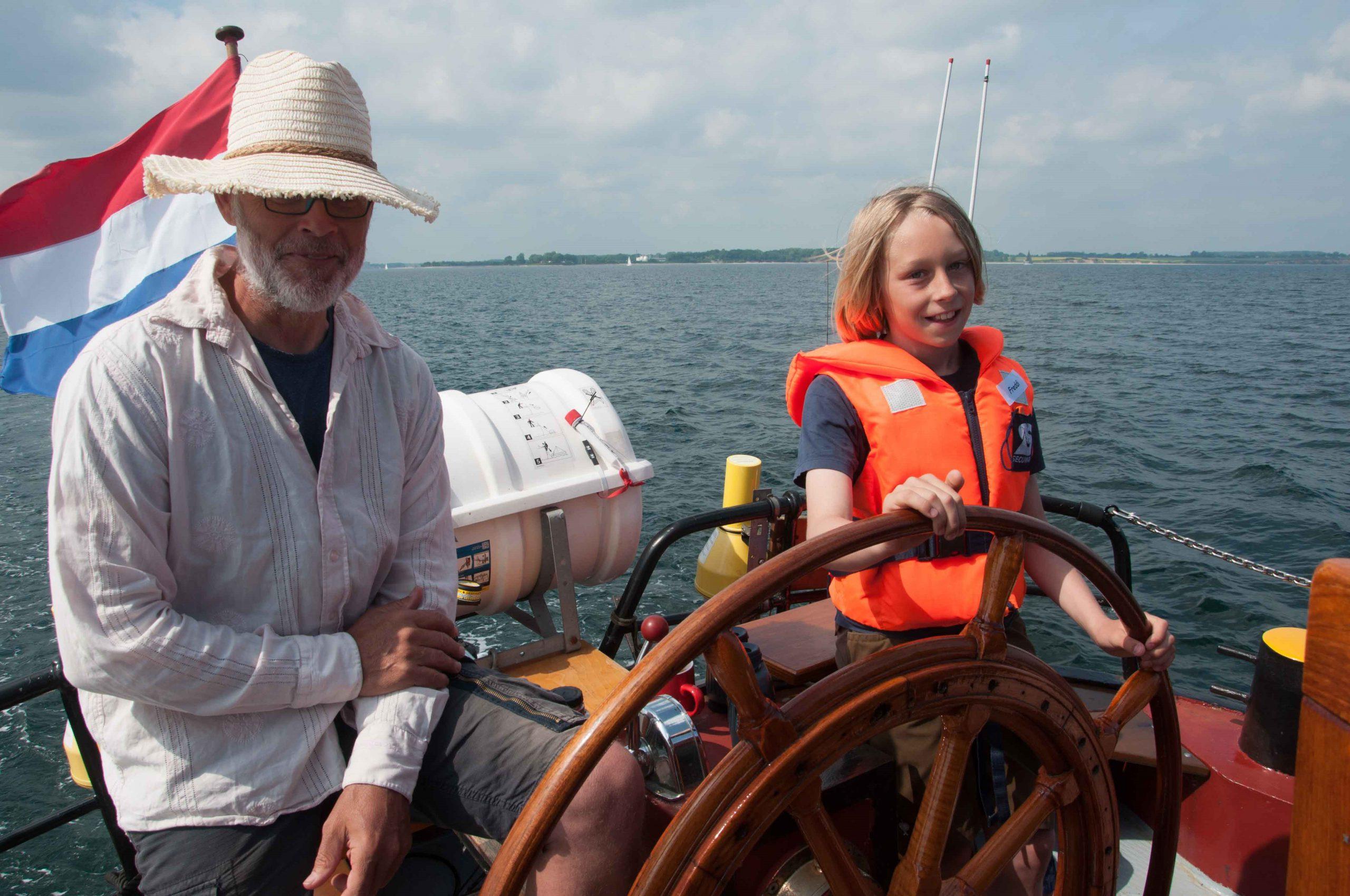 Der Skipper macht Pause und überlässt dem Steuermann Freddi das Ruder